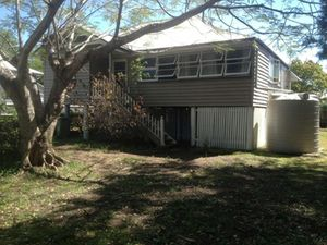 East Ipswich.  3 beds + sunroom,  large yard,  storage shed,  paved courtyard & carport.  Close to Grammar School, Train & CBD.  Newly renovated Queenslander country kitchen & polished floors.   $320 p/week.