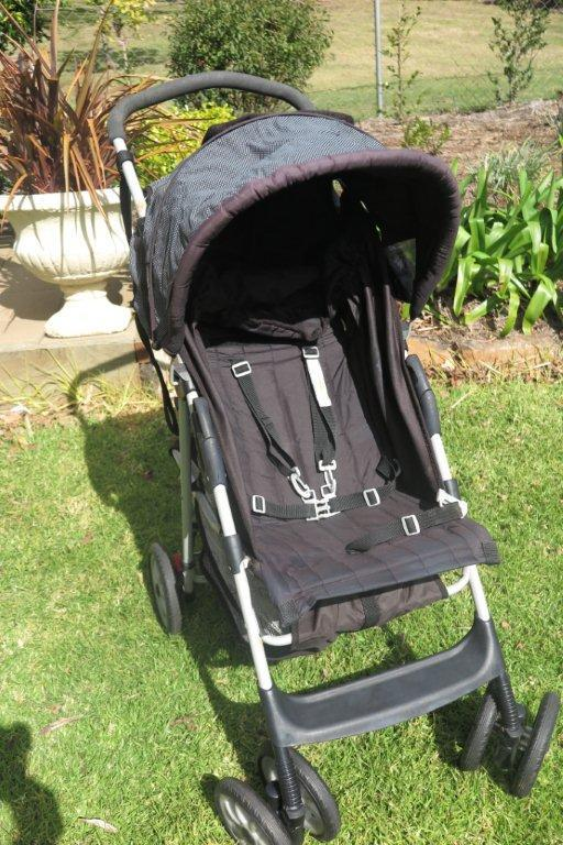 Graco pram, Adjustable sitting / lying position includes additional padded inserts for small babies, good condition