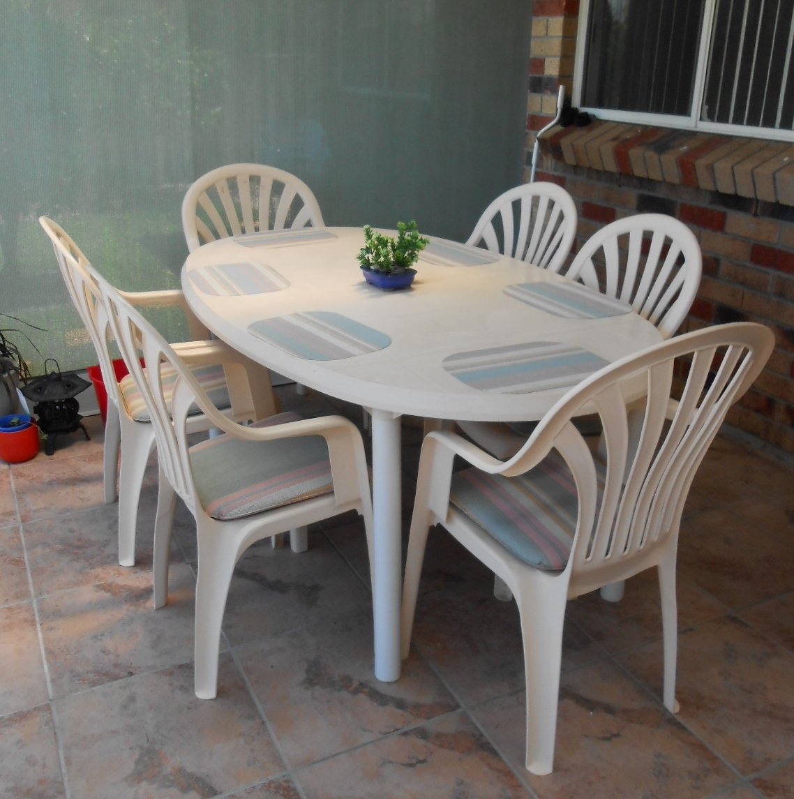 Table, 6 chairs, lounge & extra arm chair