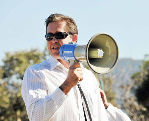 Local federal MP Luke Hartsuyker has called on independent MP's Rob Oakeshott and Tony Windsor to withdraw their support for the Labor government.