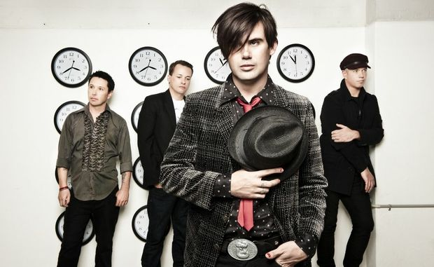 Grinspoon frontman Phil Jamieson (centre).