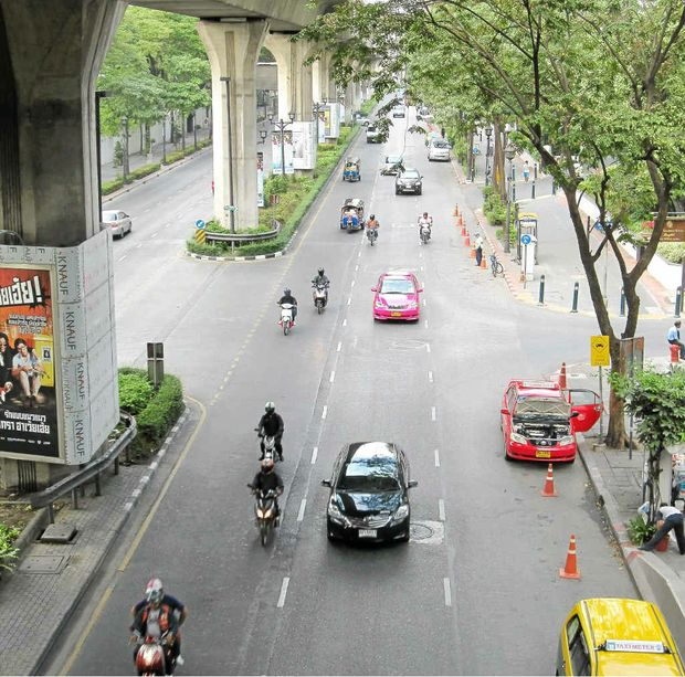 BUSY CITY LIFE: Rajadamri Road.