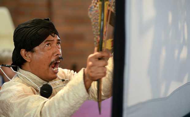 Pak Sumardi at St Anthony's primary school. Puppet show. Photo: John Gass / Daily News