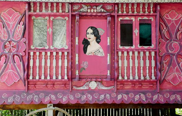 The gypsy caravan that Jan discovered in Nimbin and painted herself.