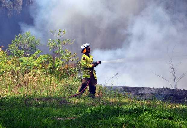 Greys Road Doonan fire threatens houses. Photo Geoff Potter / Noosa News.