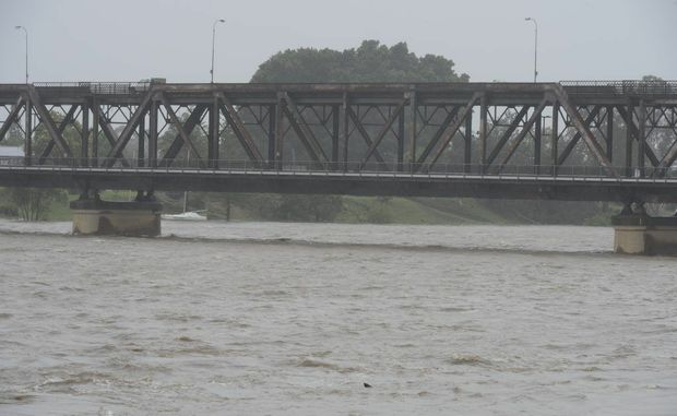 The Clarence River is a 75% chance of flooding again by the end of the week. Pictured is the river flow under the Grafton Bridge at 2pm on Monday, January 28, just a couple of weeks ago. Photo: Adam Hourigan / The Daily Examiner