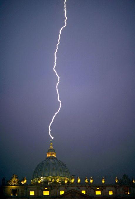Tres relámpagos impactan en edificios tras el anuncio de retirada del Papa negro 9-1706961-pope%20retires_t460