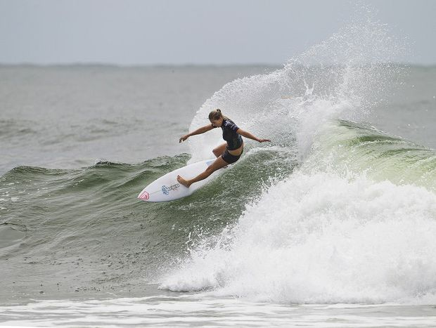 Stephanie Gilmore once again dominated her local break Rainbow Bay to advance into the quarter finals during round three of the Roxy Pro Gold Coast.