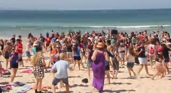SU QLD Schoolies celebrators performed two flash mobs at Noosa.
