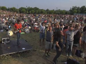1000 rockers play Foo Fighters song to get Grohl's attention