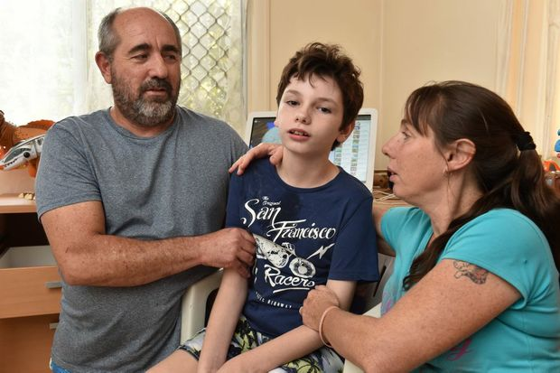 Daniel White with his mum Lynette Nolan and father Cary White. Photo: Alistair Brightman / Fraser Coast Chronicle