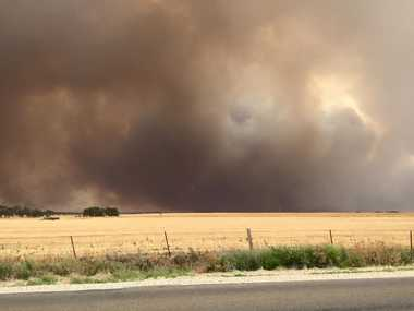 A bushfire burning out of control in Mallala, North of Adelaide, Wednesday, Nov. 25, 2015. The fire is posing a threat to the town as fire crews also battle other fires. (AAP Image/Ben Builder)