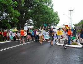 Hundreds brave Bellingen rain for climate action