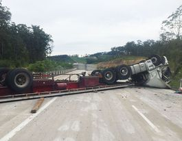 Truck rollover closes Pacific Highway near Woolgoolga