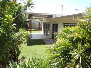 3 bedroom, 2 bathroom duplex located within a few minutes level walking distance to the Ocean Shores Shopping Centre, and just 3 minutes drive to the local beaches. High ceilings and large glass sliders enhance the sunny open feel of the large tiled living, dining, kitchen area. The adjoining tiled ...