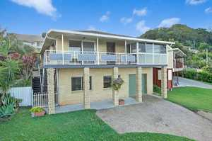 This property is as solid as a rock. Offering stunning views, this property has been freshly painted and offers large open plan living/dining options which flow through to a sun filled sun room and balcony engulfing the views all the way down to the Tweed Coast. Modern kitchen with ...