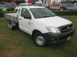 2010 TOYOTA HILUX WORKMATE 2.7LT 5 SPEED MANUAL SINGLE CAB TRAYBACK UTE Fitted with an alloy tray an...