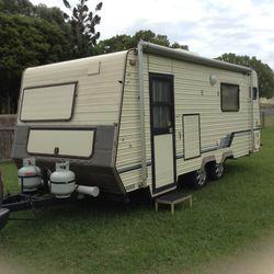 1990 Cruise Away caravan 18ft. Toilet, shower, vanity, solar, full gas oven stove,R/C aircon,double...