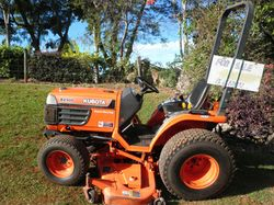 KABOTA B2100 Mid deck mower/tractor. Excellent condition. Diesel, 4WD. Hydrostatic drive 2 speed....
