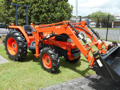 Kubota Tractor & Slasher Package.    36HP Kubota 4 in 1 FEL.  Power str,4WD,shutt...