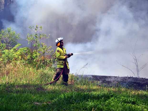 Greys Road Doonan fire threatens houses. Photo Geoff Potter / Noosa News.