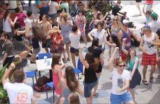 Schoolies flash mob a Noosa food court.