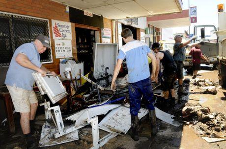 Mayor Steve Jones has praised the Lockyer Valley community&squot;s response to the recent floods.