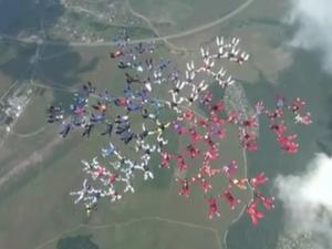 Pearls of the Sky break skydiving record.
