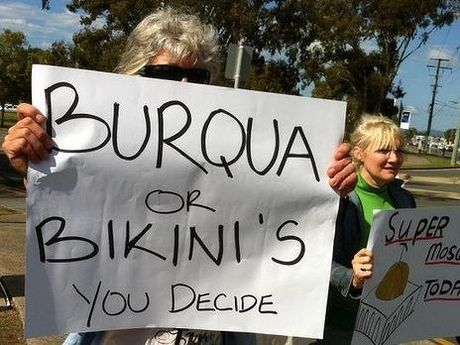 A small group of protesters oppose a proposed mosque in Currumbin. Photo: Tony Moore / Brisbanetimes