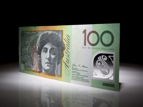 Police are warning that a man is using $100 notes to scam shop keepers in the Clarence Valley and on the Coffs Coast.