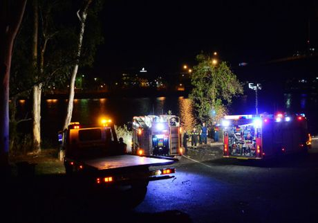 Emergency crews on the scene where a car towing a caravan discoverd in the Fitzroy River, off the Reaney St boatramp. Photo Sharyn O'Neill / Morning Bulletin