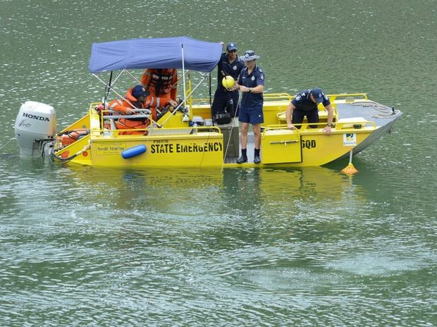Police divers search for the body of Duncan Wilmott in Aqua Lake. Photo: Rob Williams / The Queensland Times