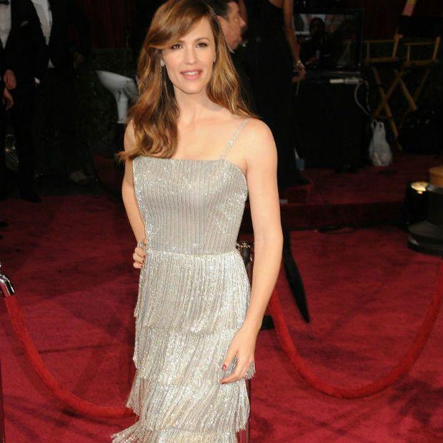 Actress Jennifer Garner jokes she might get her ribs removed