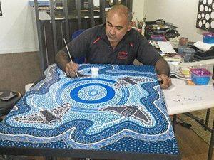 Indigenous artist shows tourists secrets of Aboriginal painting