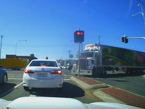 Truck driver does battle with Toowoomba traffic lights