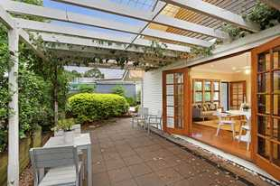 Beautiful Geoffrey Street in Mount Lofty ... cute as a button is this 3 bed, 1 bath, open plan kitch...