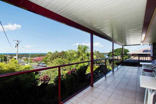 Enjoy picturesque views across the Tweed River, out to the ocean and down to Kingscliff from this so...