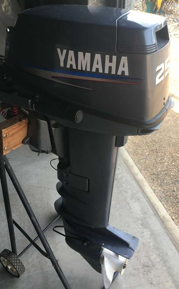 2006 outboard motor 25HP  L-S new prop  Very GoodCondition  2 spare prop...