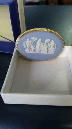 Vintage Old Wedgwood Blue & White Jasperware 9ct Gold Framed Oval BROOCH PIN  (I ALSO HAVE OVAL WEDG...