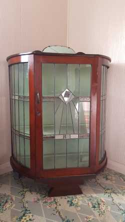 Vintage Leadlight Oval China Cabinet with Clear/Decorative glass leadlight door/sides, timber shelve...