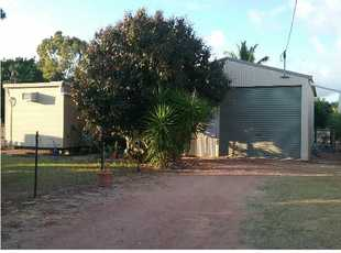 BEACH HUT