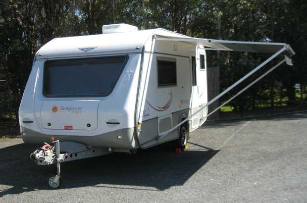 Twin beds, gas/elect hot water,   TV ant. cooktop: 3 gas, 1 elec, gas grill,   3-wa...