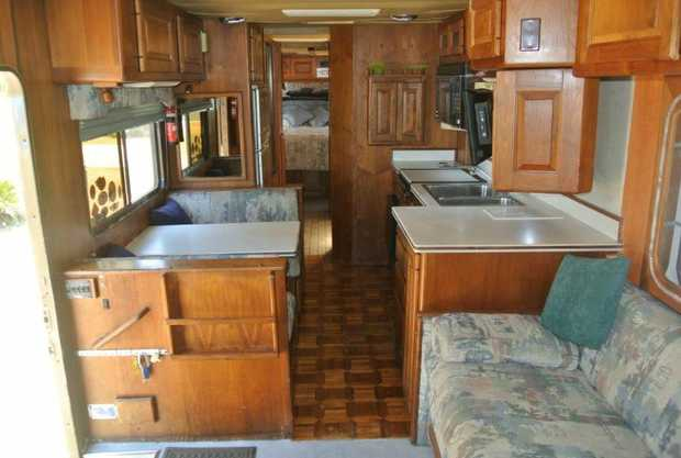 The 1987 Country  Coach motorhome  was  used sparingly in the USA  by 3 owner...