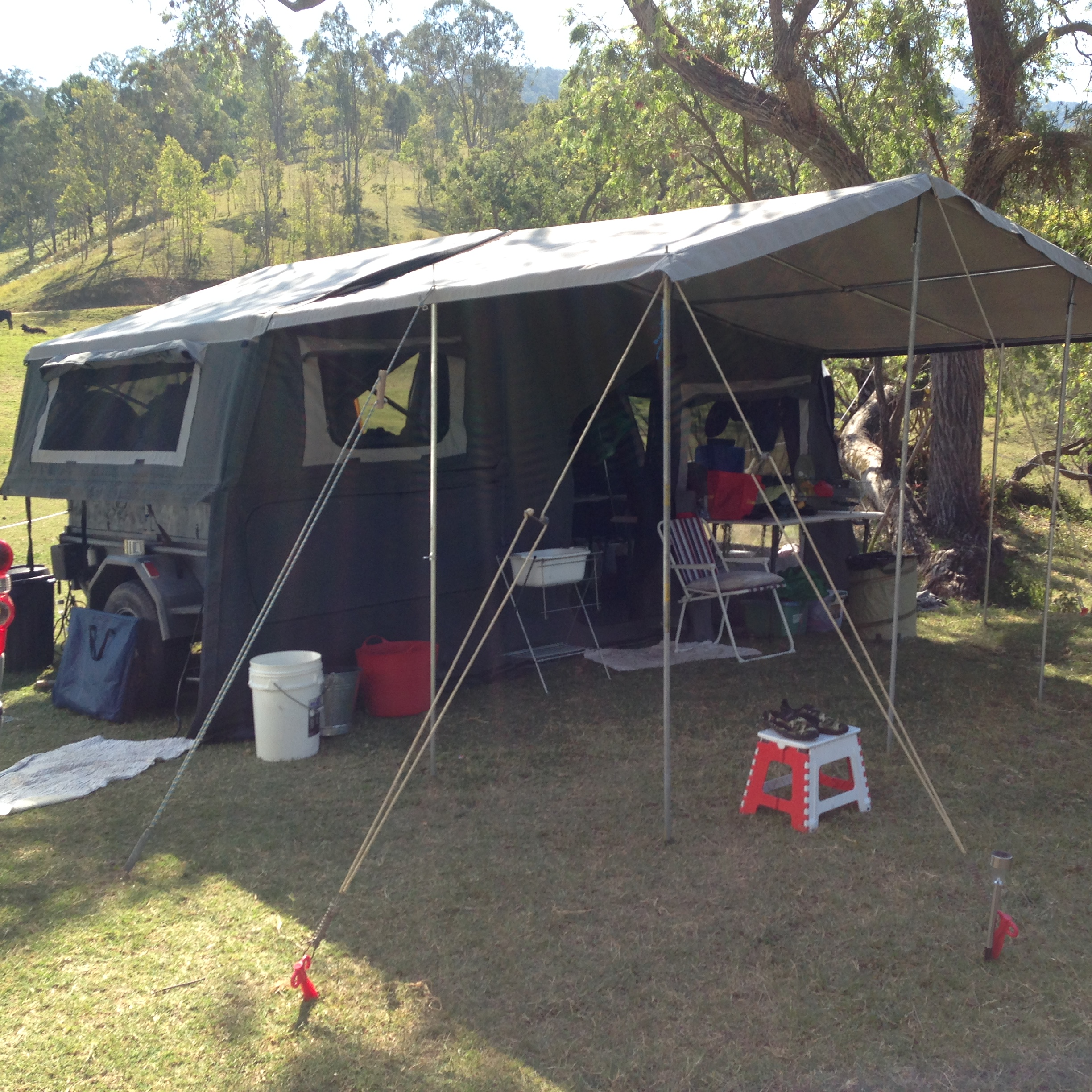 Queen bed, great cond. good ground clearance.   2 x 60 watts solar panels, 2 x 80 lts water t...