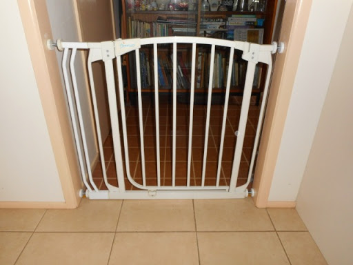 Baby gate to fit doorway 71-91cms, in good condition with one extension and all fittings.