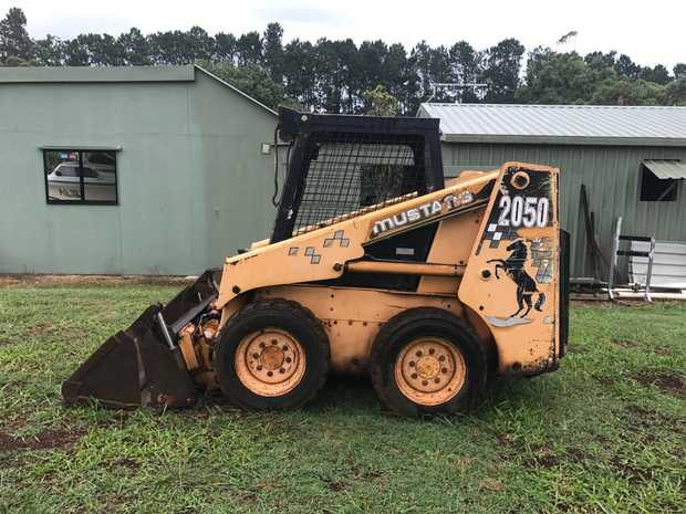 2001 MUSTANG LOADER   6488hrs, 4 in 1 bucket,new drive water pump...