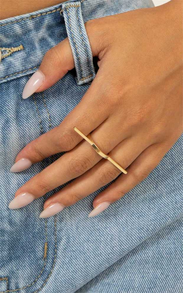 Add some edge to your outfit with the Peta and Jain ring SAVANNAH. SAVANNAH is adjustable so it can be...
