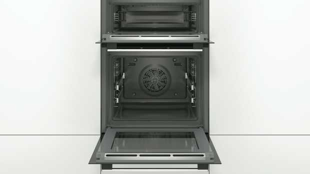 Bake a large chicken or roast without a problem with this Bosch oven's 34 litre capacity. It has an LCD...