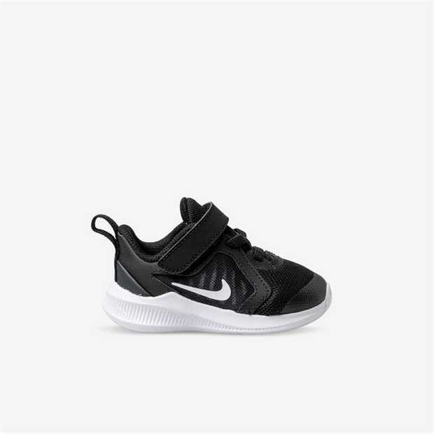 Keep your growing runner light and fast in the Nike Downshifter 10. The low-top kicks are lightweight...
