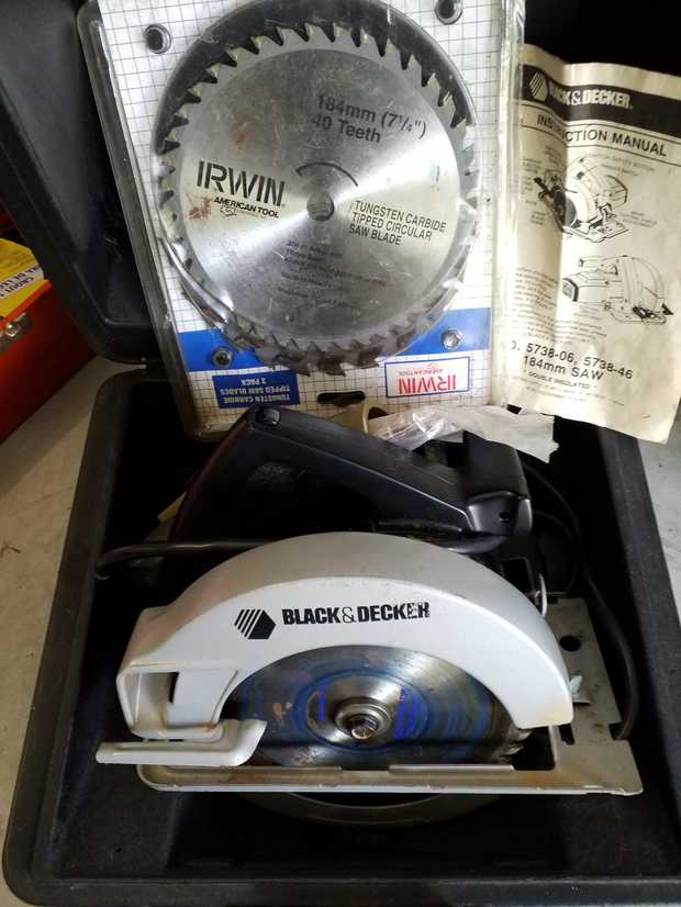 Rarely used,  three blades, 2 new.  Black and Decker in carry case. 184mm circular saw.